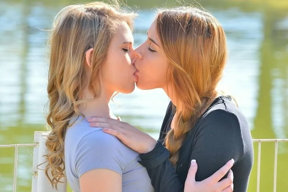 pictures-women-kissing-teen-girls