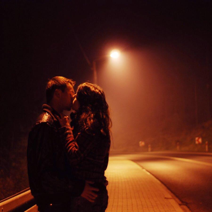 Фото парень и девушка целуются в темноте