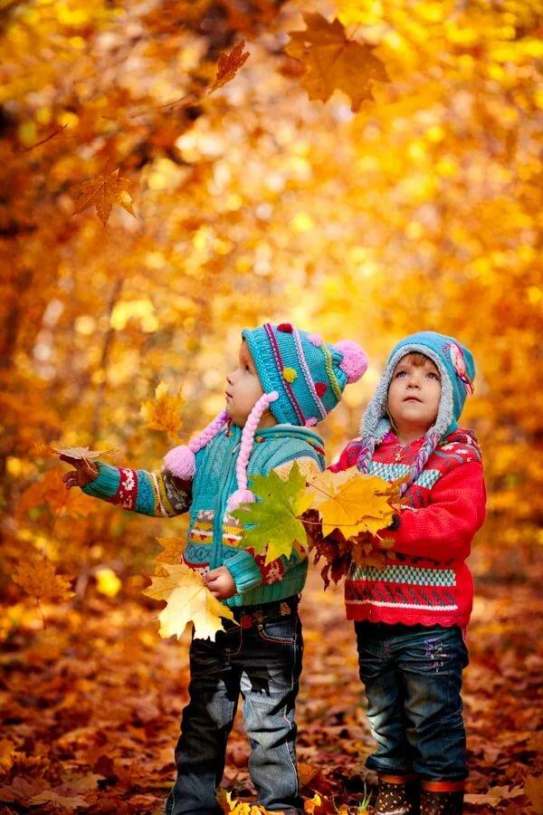 Надписями, картинки дети осенью играют