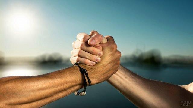 Крепкое мужское рукопожатие помирившихся друзей» — карточка ...