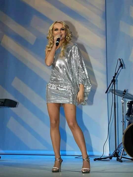 Российские певицы в мини платьях фото