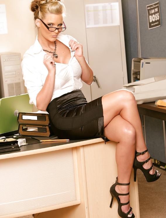 Красивый самые сексуальные секретарши трахаются в разных позах фото