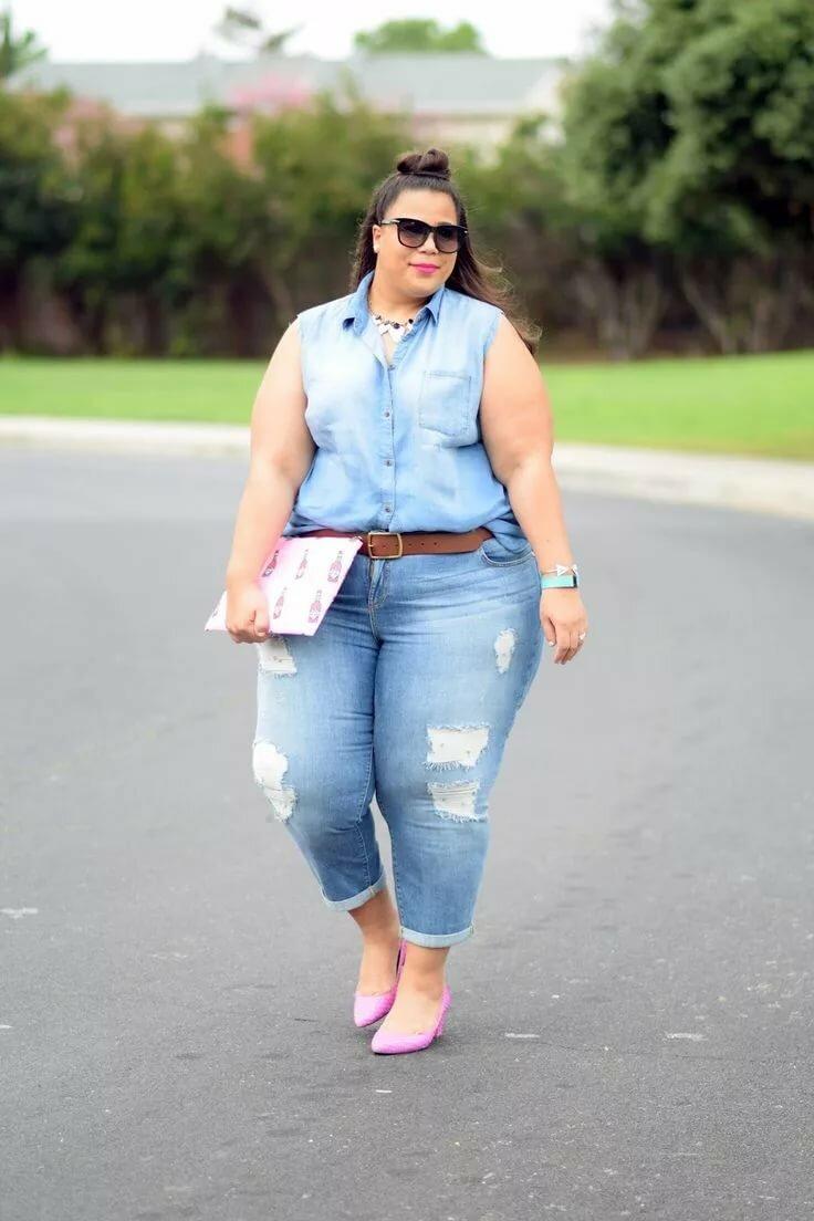спрятав лицо видео толстушек в джинсах легкая, ироническая