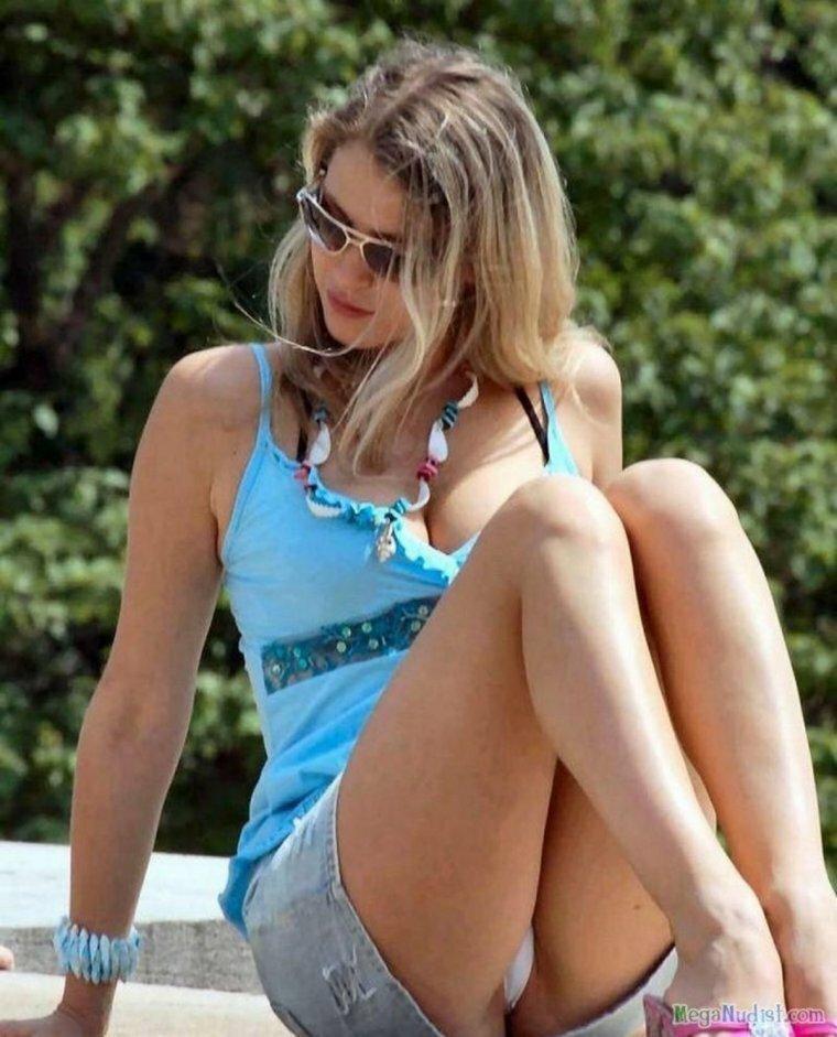 девушки в коротких юбках и видно трусы - 9