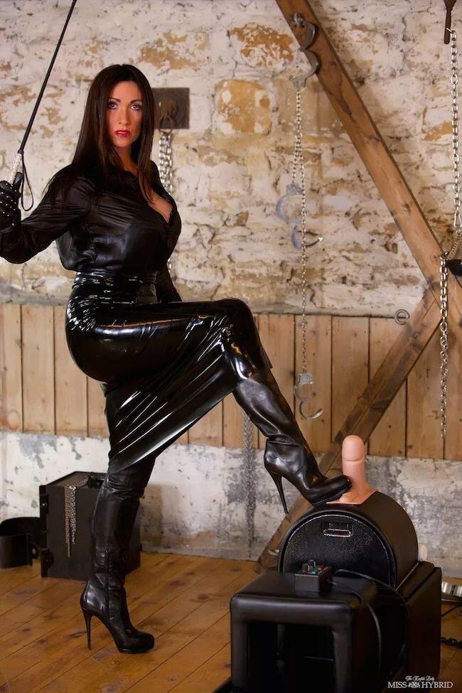 госпожа трахает раба страпорном видео