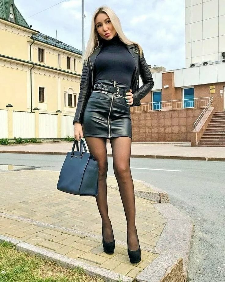 Девушка в колготках мини юбке и каблуках фото — img 12