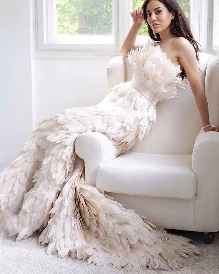 показывает платья из перьев фото прогуляться роскошным доступным