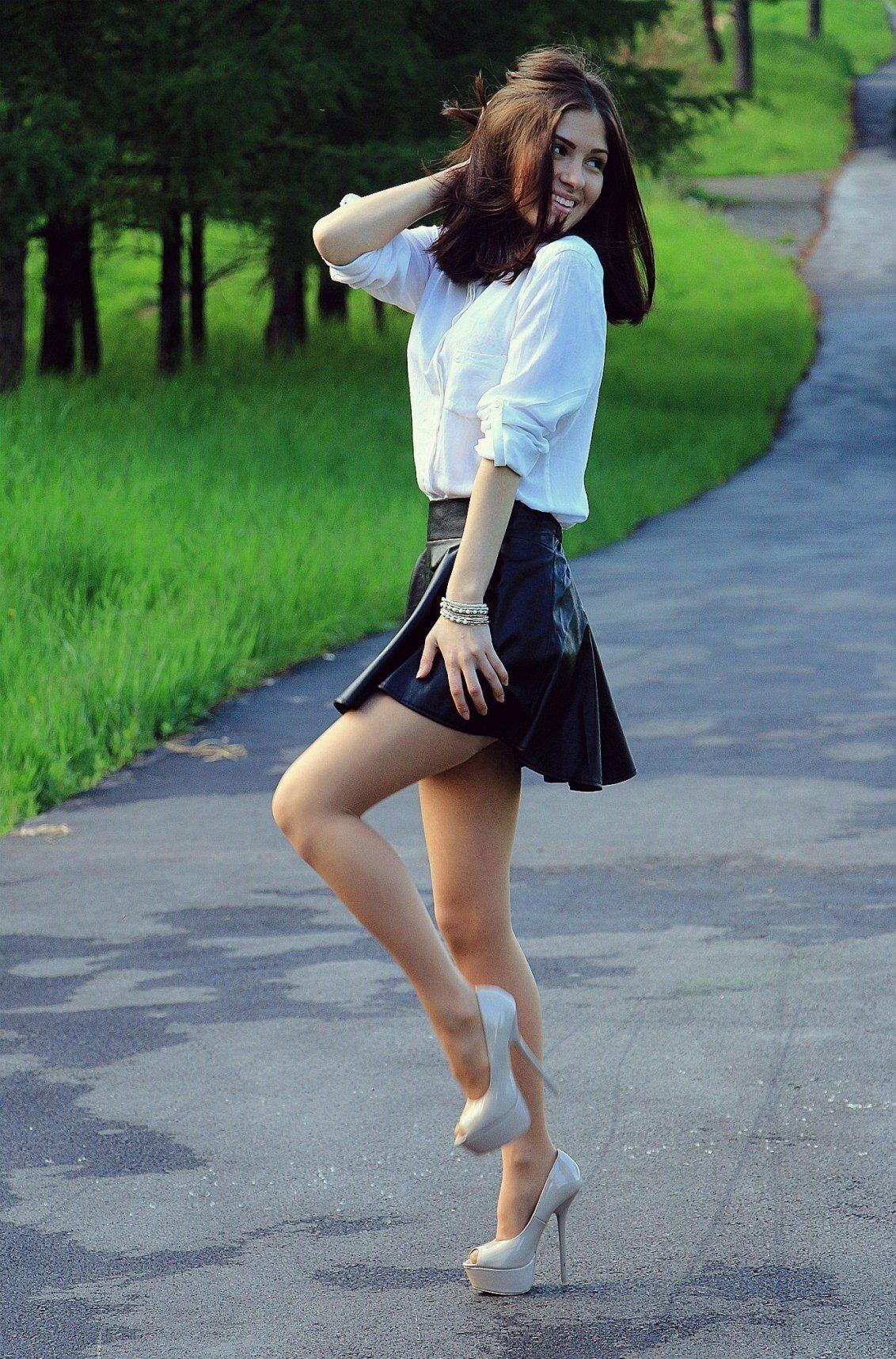 акт молодые девушки с короткими юбками и на шпильках фото необходимо мужчине
