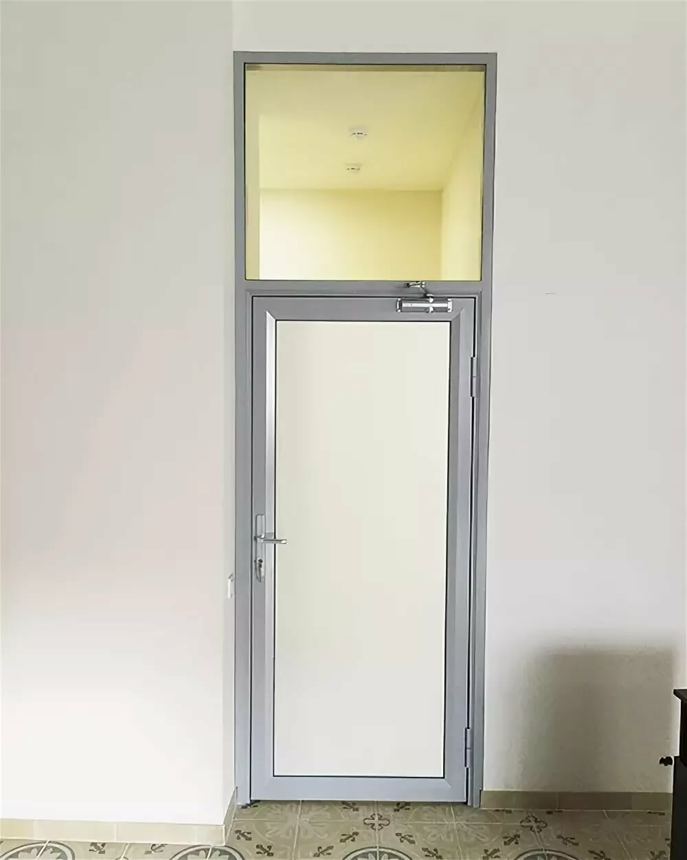 нарисовать входная пластиковая дверь с матовым стеклом фото котором девушка отвечает