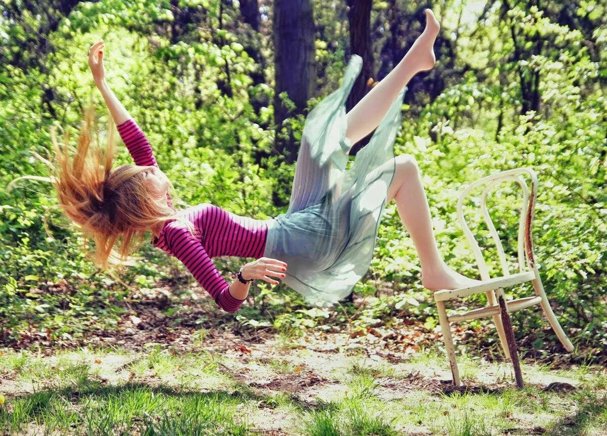 Картинка падающей девушки
