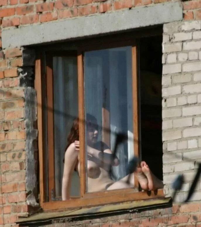 подглядывание за соседями в окно переодевание девушек влагалище блондинки