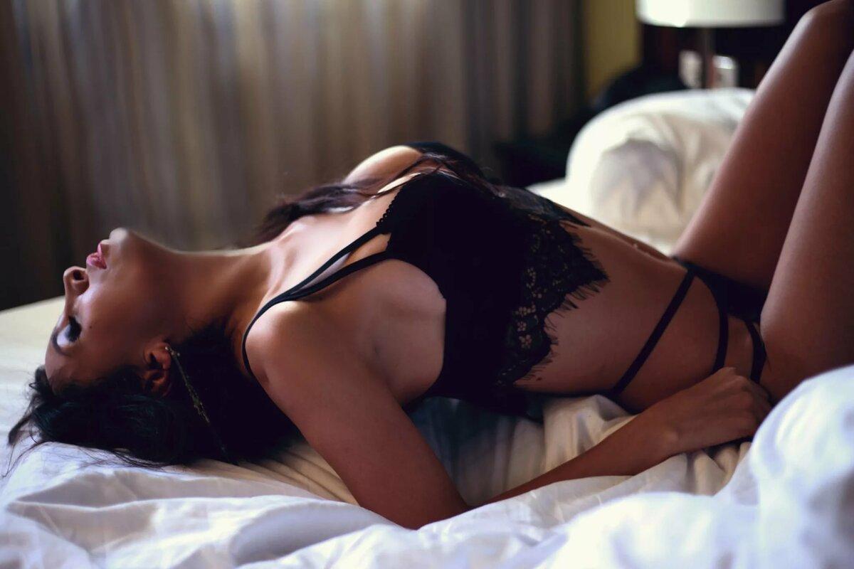 В постели с брюнеткой студии