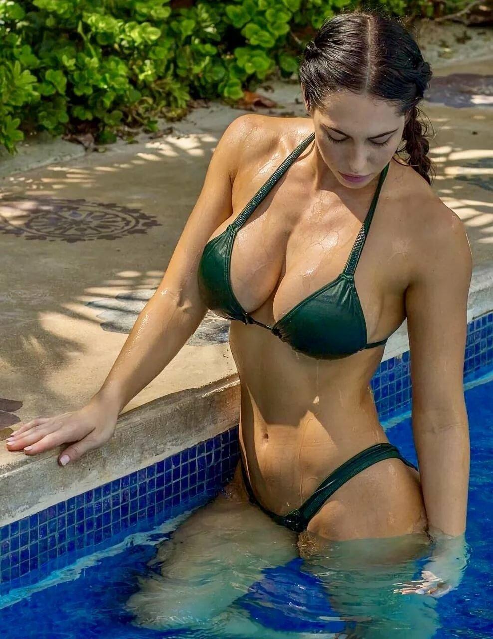 Большая пышная грудь у бассейна