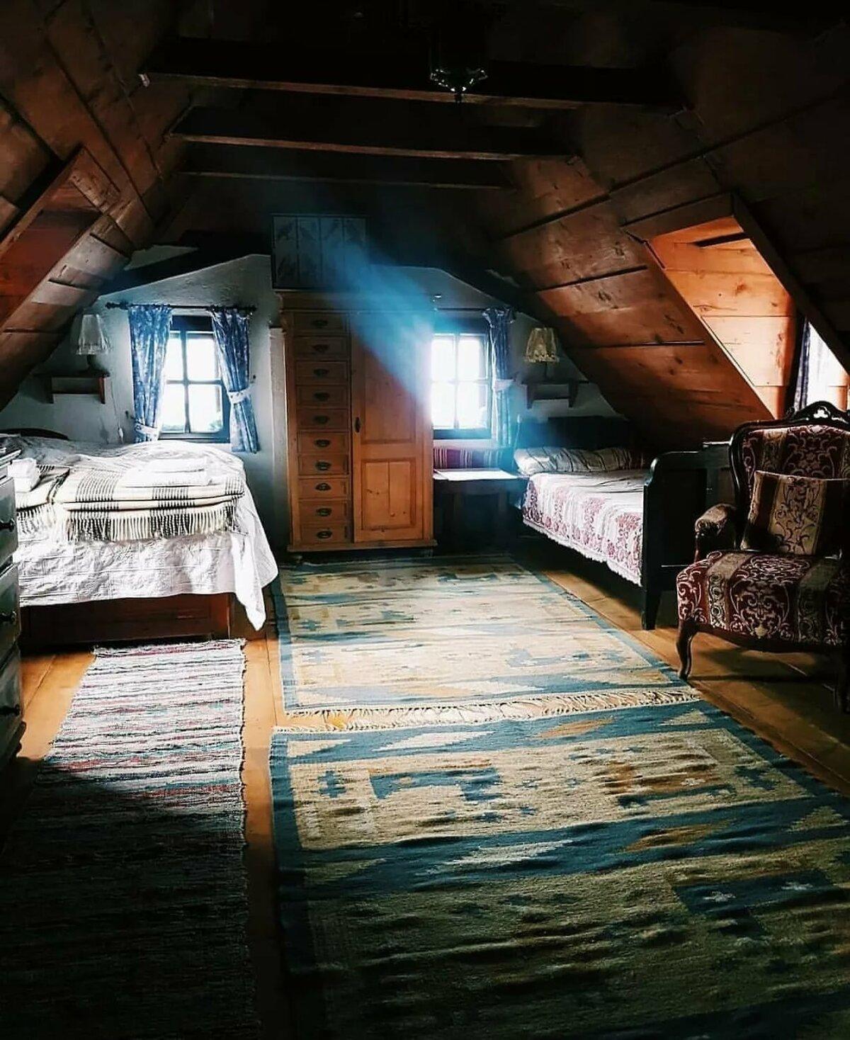 комната на чердаке в деревенском доме фото