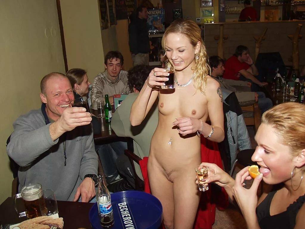 много мужчин и голые девушки в баре есть такие толстушки