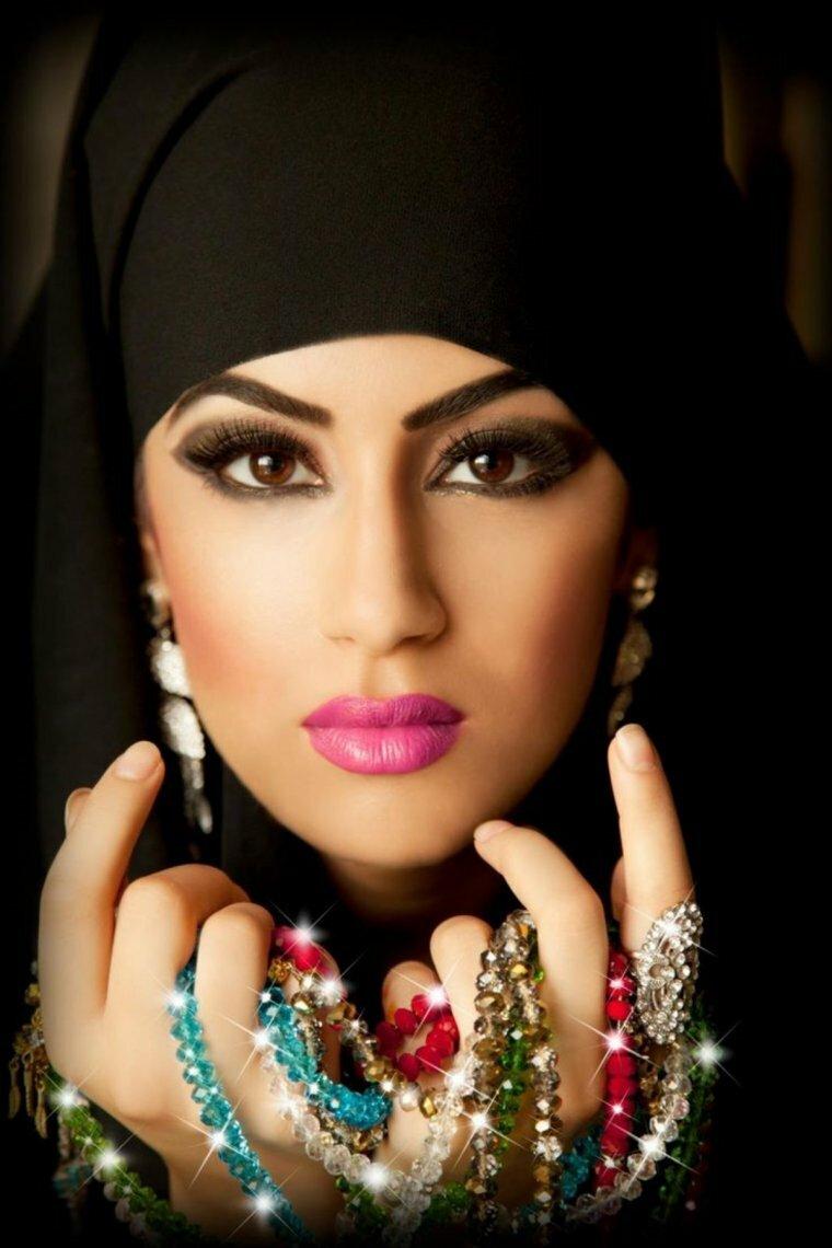 арабский девушка фото встает