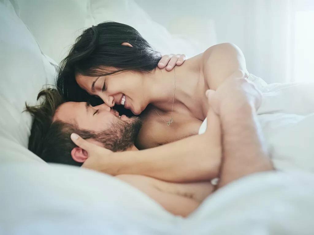 целующиеся пары секс в спальне