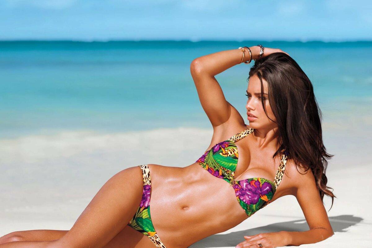 Красивые пляжные девушки