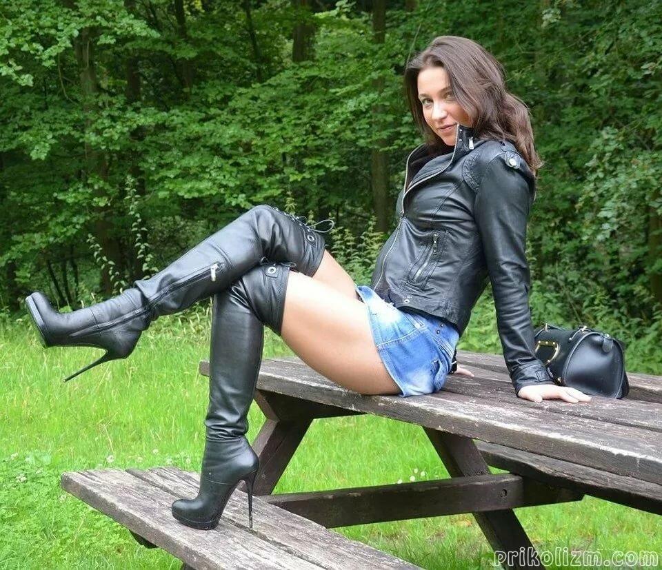 Девушка в джинсах и сапогах голая видео