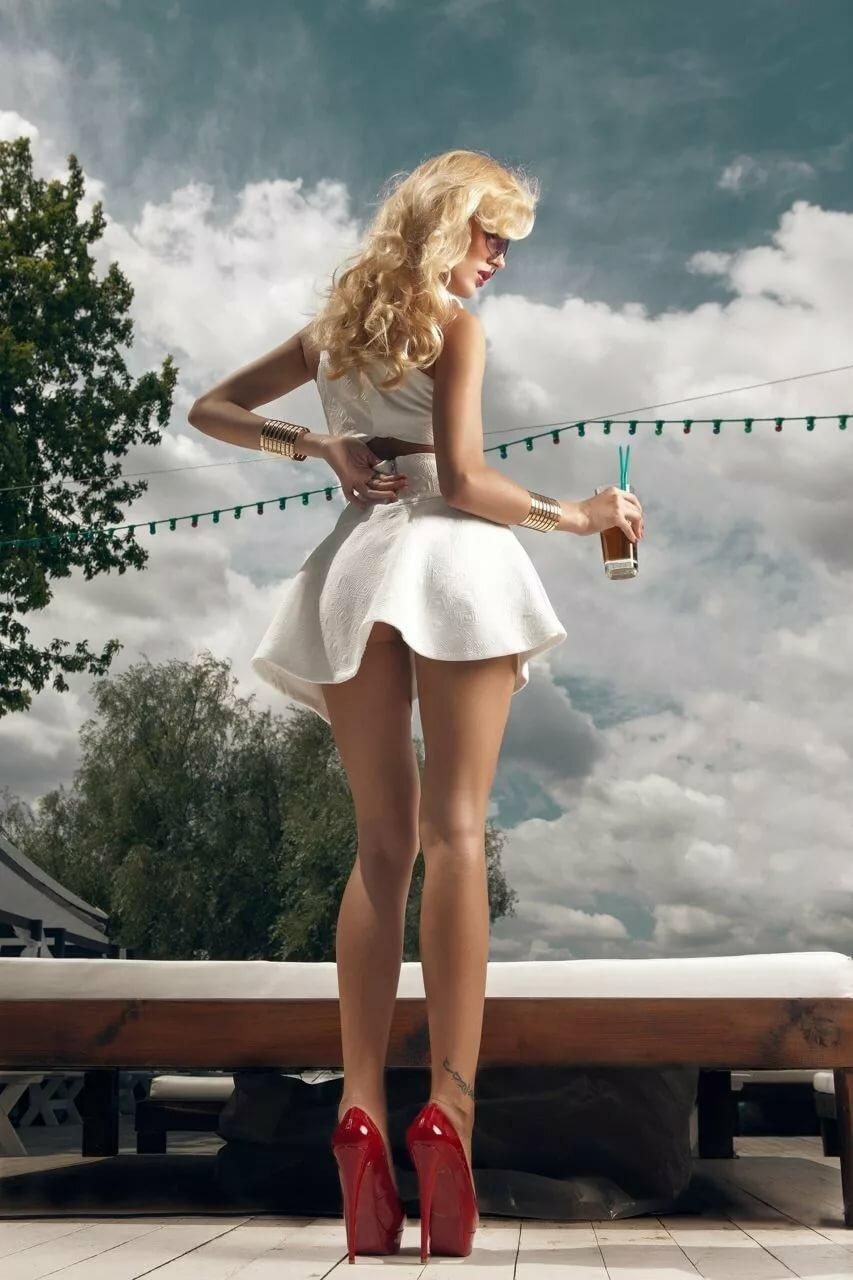 Длинноногие девчонки в мини юбке связано