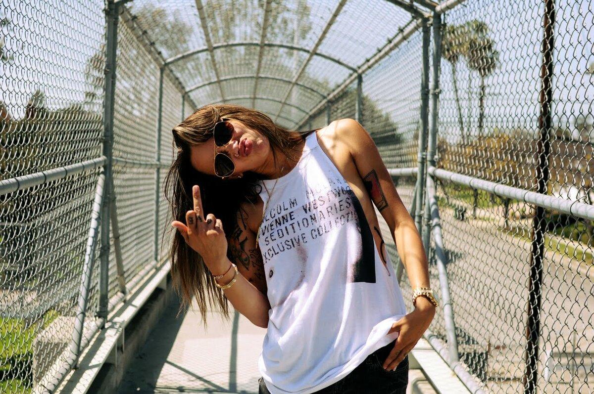 Девушка показывает факью, мария миронова в социальных сетях