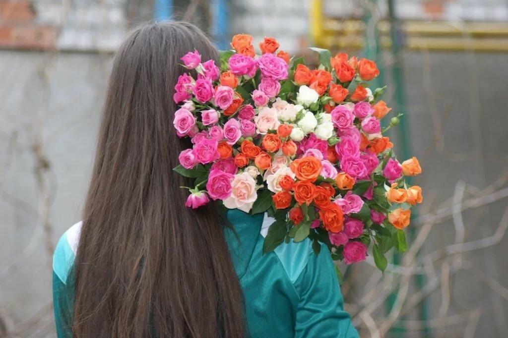 Картинки брюнетки спиной с цветами