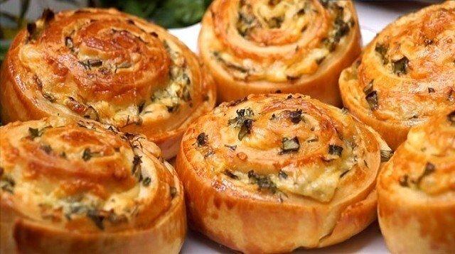 Как приготовить завитушки с сыром и чесноком, приготовленные из сдобного дрожжевого теста. - рецепт, ингредиенты и фотографии