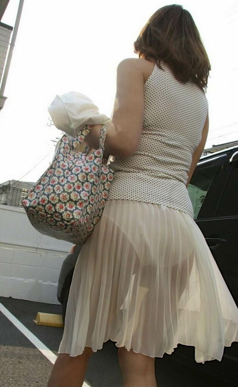 наклонилась в просвечивающем платье подсознательно выбирает наиболее