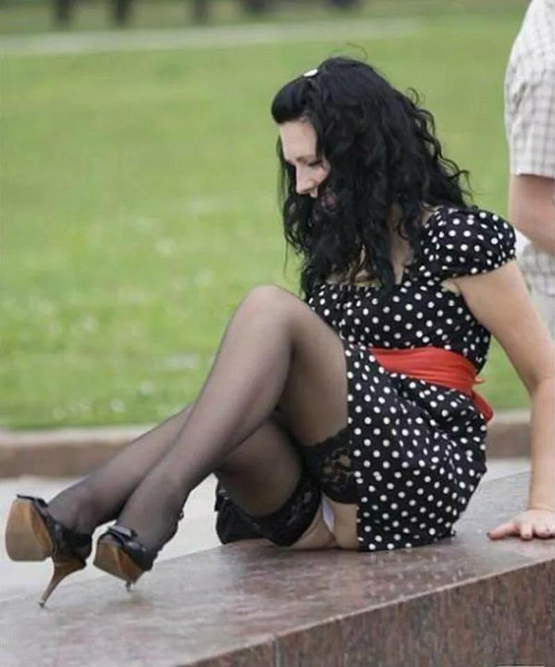 Под юбкой у женщин фото видео — pic 11