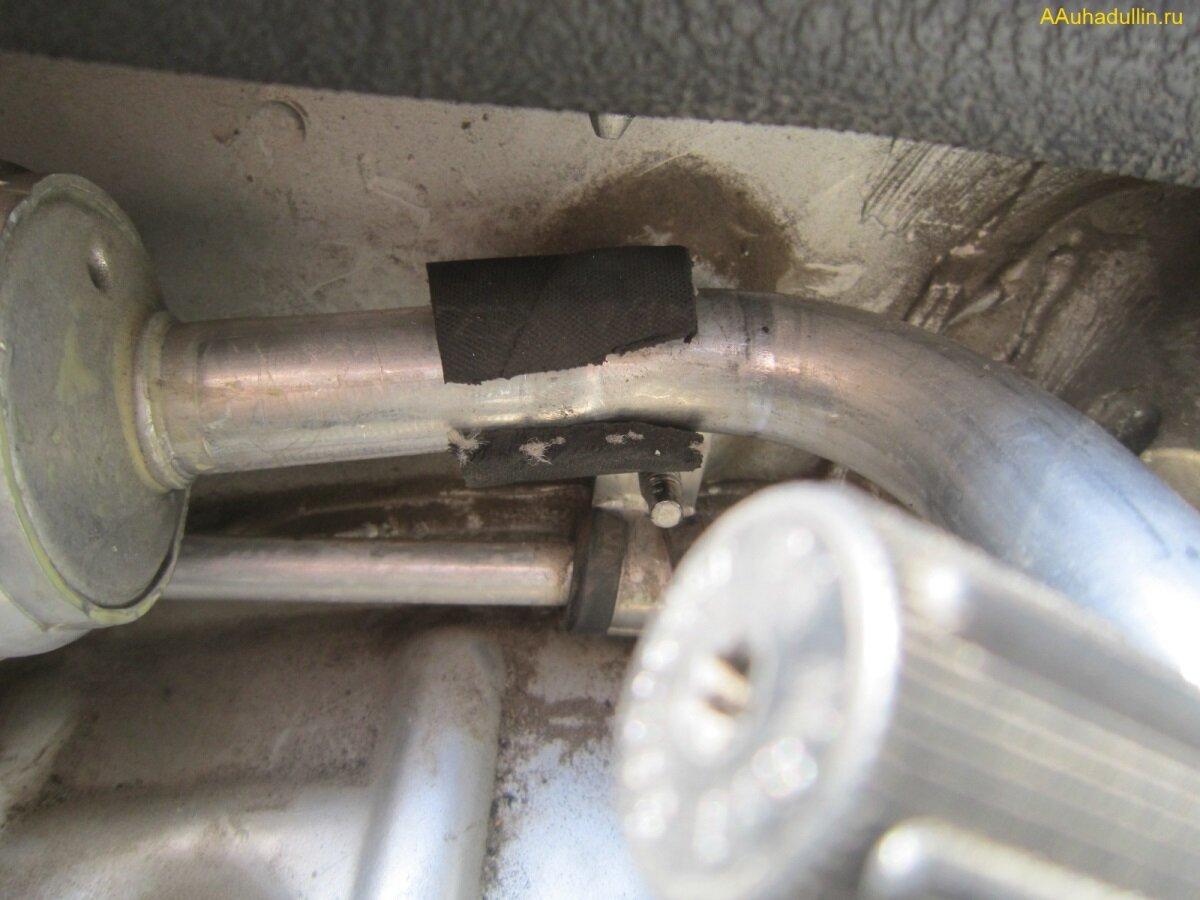на место хомута трубки кондиционера установим обрезанный шланг
