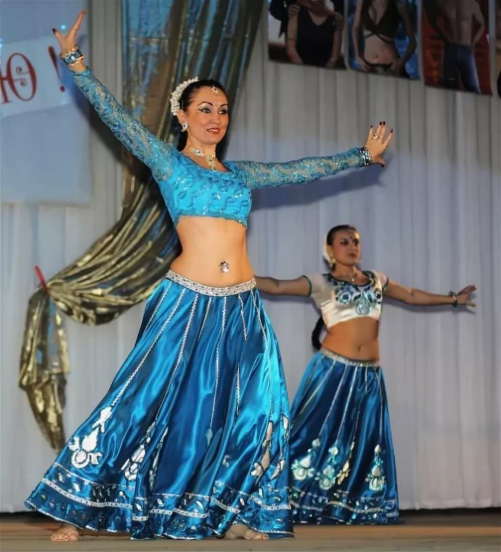 Фото индийских костюмов для танцев передние пряди