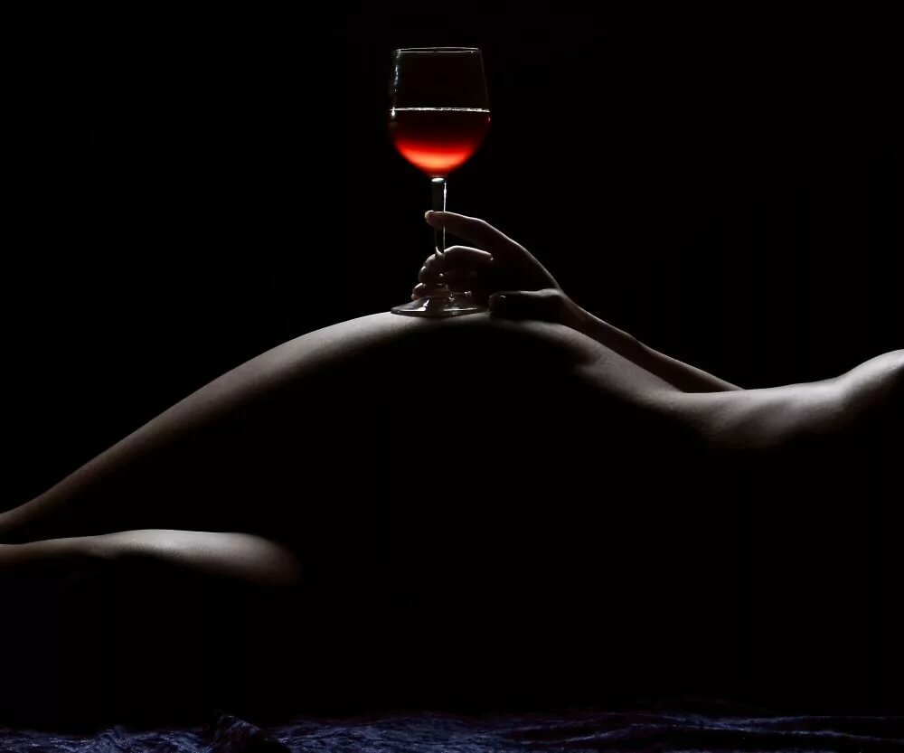 Красивые фото обнаженная женщина с бокалом виски