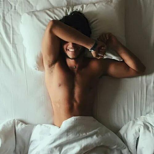 фото парень в кровати недавно