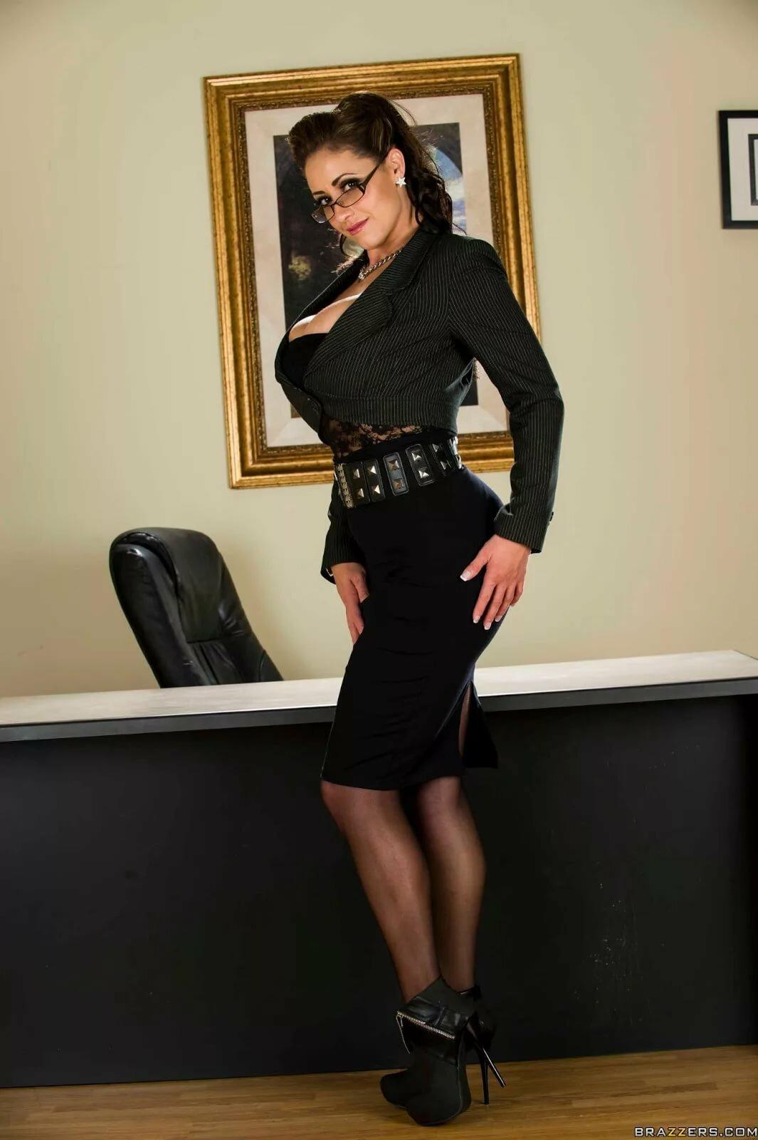 Фото марией фото девушек в длинной юбке в офисе с большой грудью