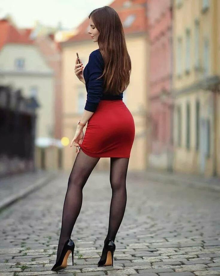 Фото красивых девушек в мини юбках и чулках — 8