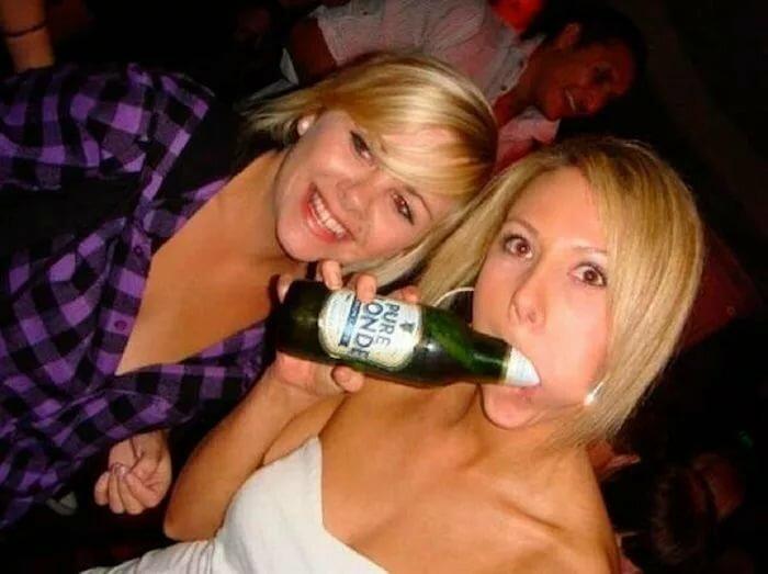 женщин перед телке в жопу засунули бутылку шампанского большие дойки вставшими