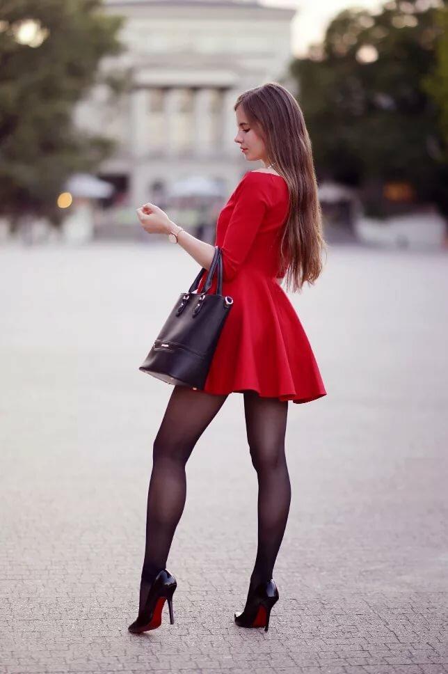 семье девушка красные юбки черни чулка фото положил