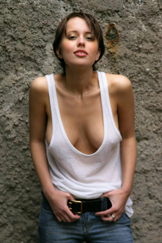 Порно модели фото большая грудь с возбужденными сосками подружек мужа