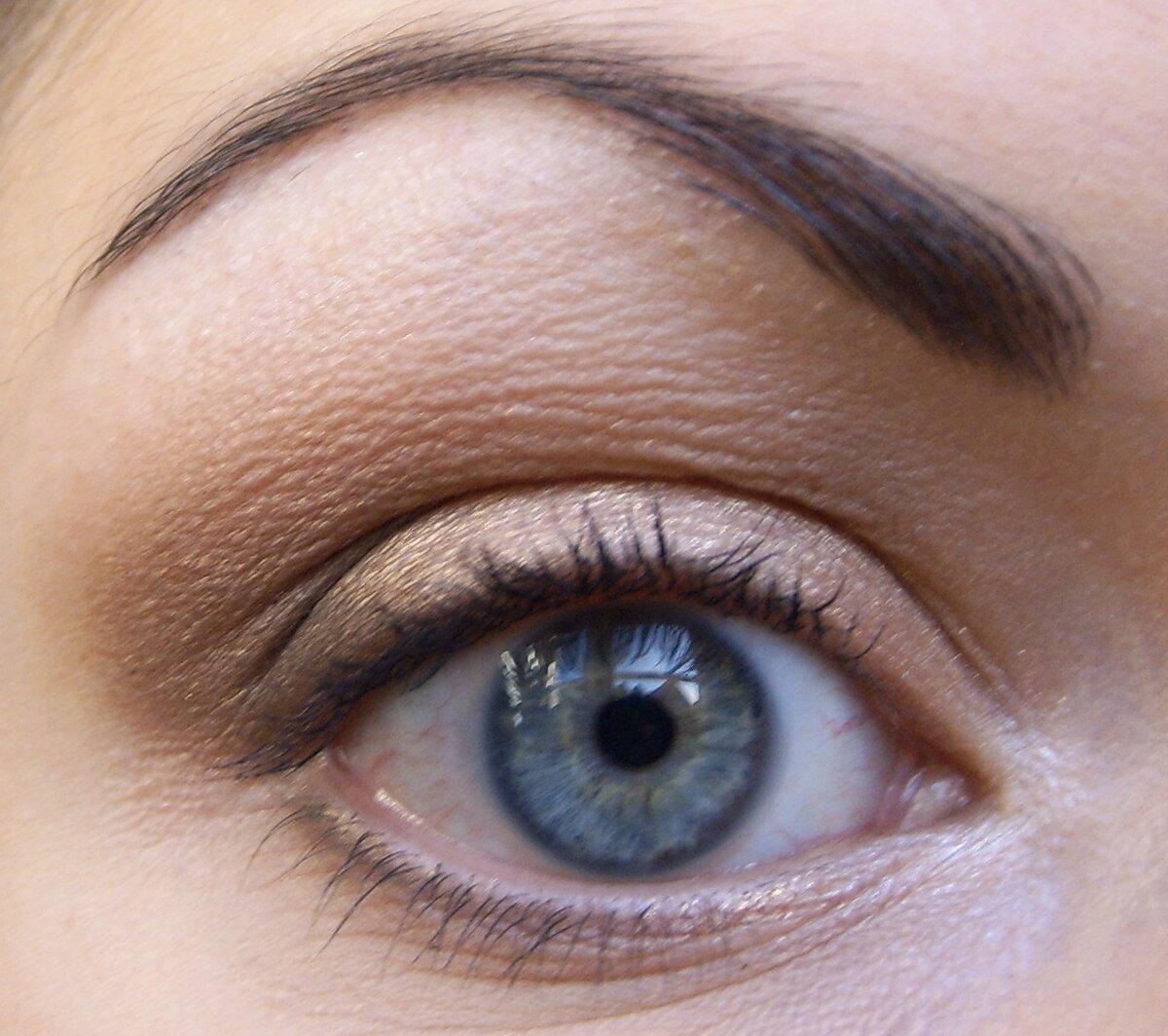 Картинка серых глаз