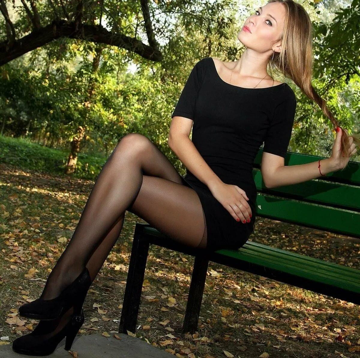 Женские ножки в коротких платьях