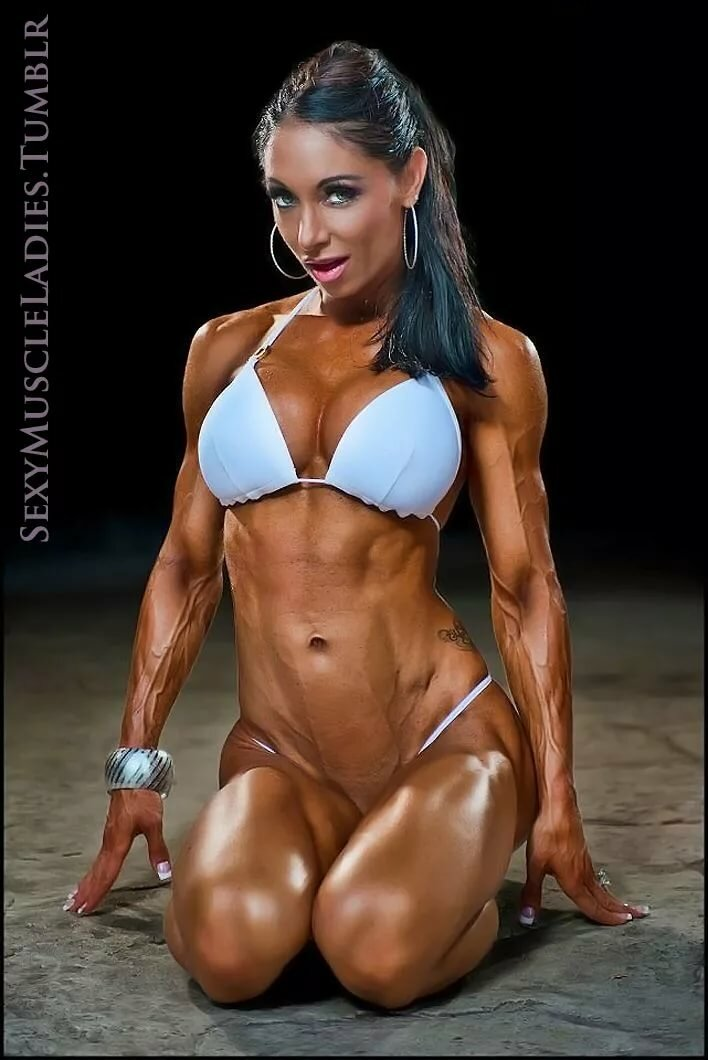 sexy-muscle-girls-in-costume