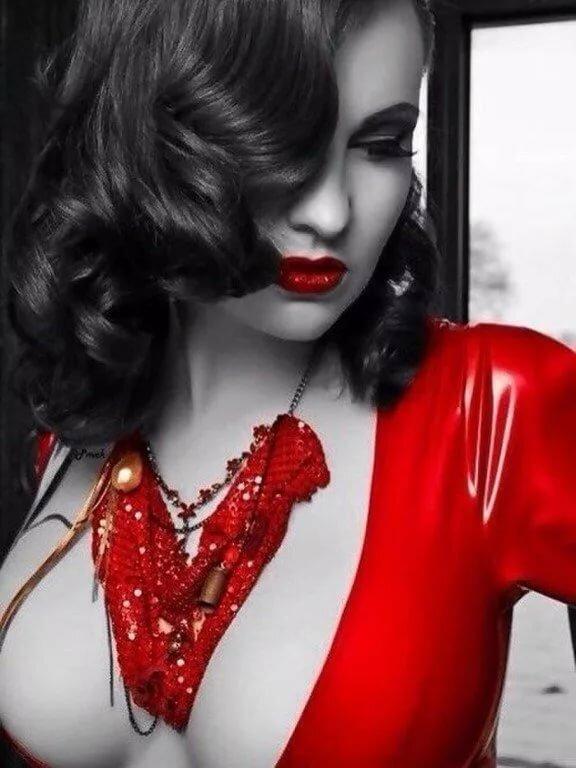 меня фотосессия в черно белом стиле с красным оранжевую рубашку, комбинезон
