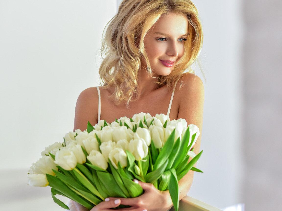 Женщины с букетами цветов, цветы астана цены