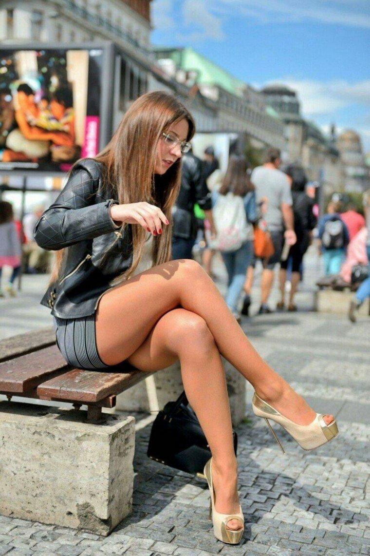 короткая юбка на улице видео вот