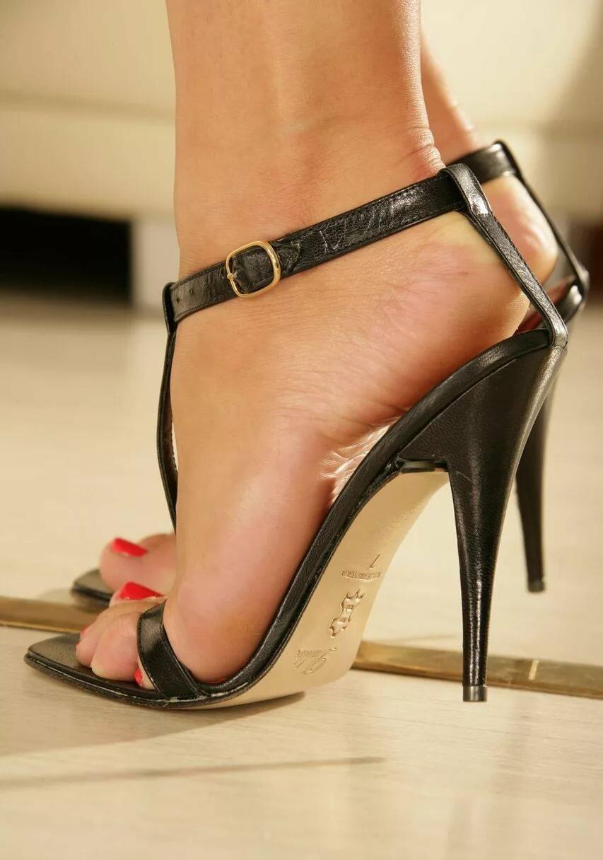 Ножки в офисе туфли фетиш