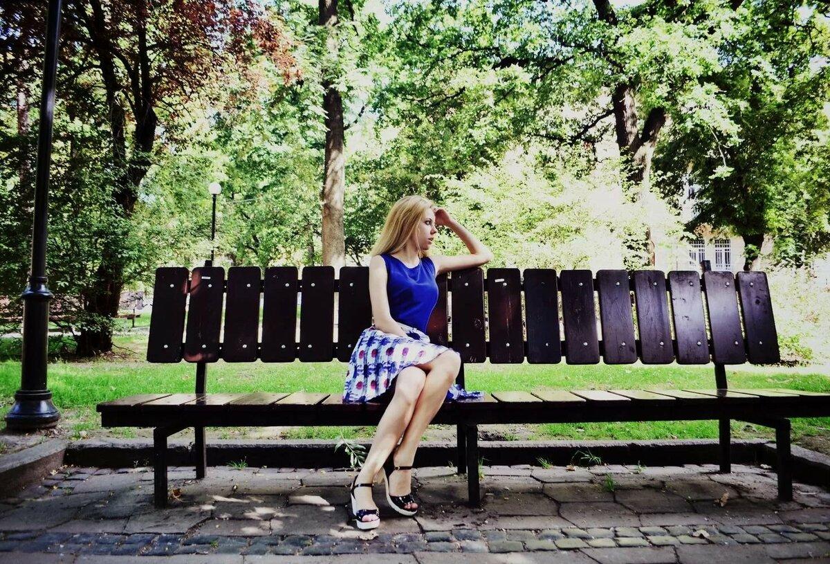 Девушки на скамейке фото