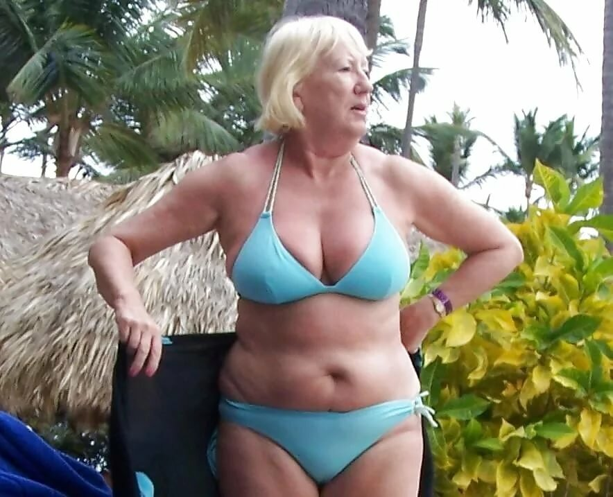 пожилая женщина меняет купальник урок