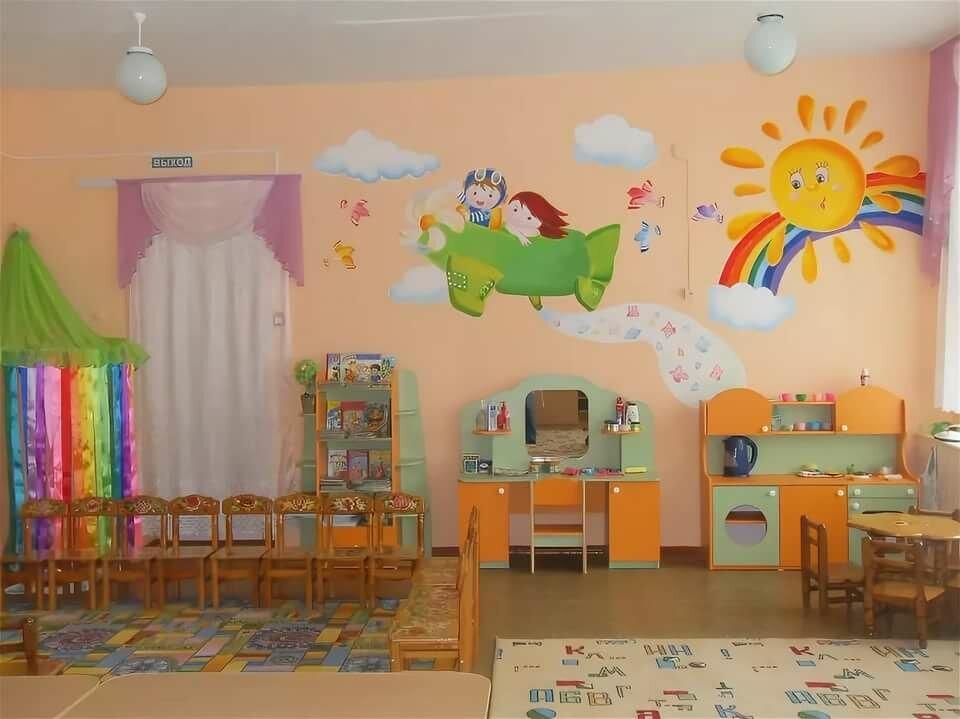 Оформление стены над диваном в гостиной фото этого
