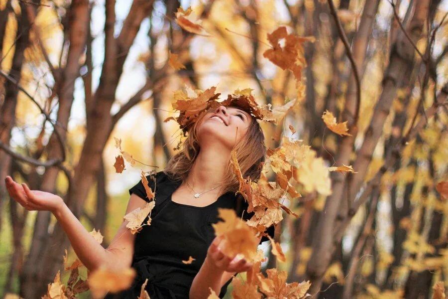 Девушки осенью с листьями без лица
