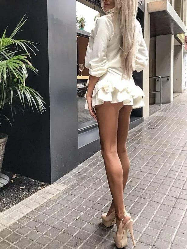 блондинки в коротком юбке всяком случае